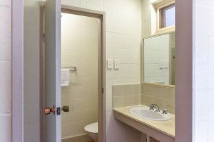 Deluxe Queen Room Bathroom